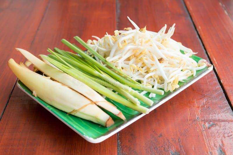 Banana pączek, chińscy szczypiorki i bobowe flance na naczyniu, obrazy stock