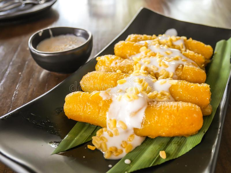 Banana tailandesa do estilo no leite de coco do xarope, alimento doce tailandês fotos de stock royalty free