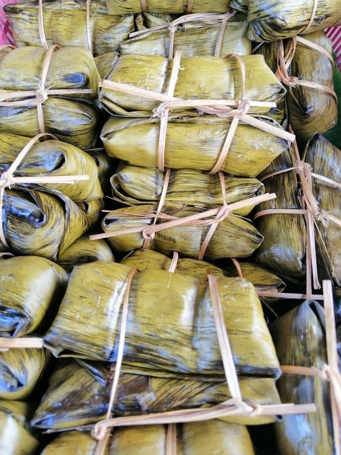 Bananas com arroz pegajoso na imagem do foco da cesta no centro imagem de stock royalty free