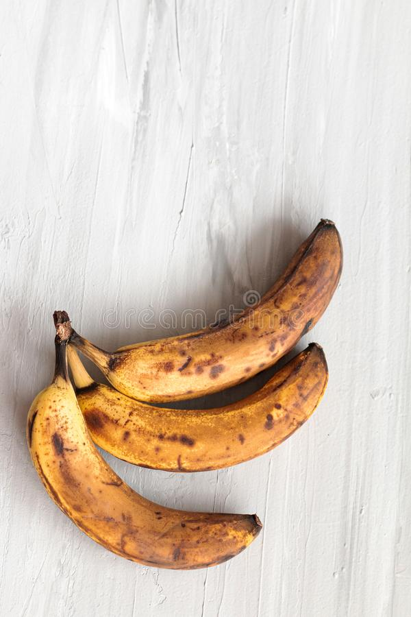 Bananas corruptos estragadas no fundo cinzento Foto na moda do alimento feio Desperdício de alimento, lixo do alimento fotografia de stock