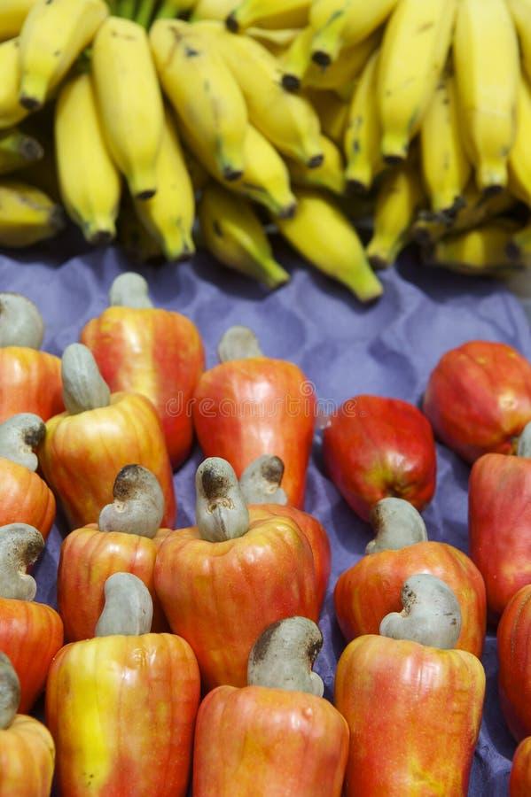 Bananas e fruto vermelho maduro fresco do caju de Caju do brasileiro fotos de stock royalty free
