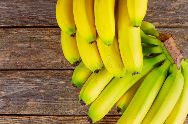Bananas maduras doces em uma tabela de madeira fotos de stock royalty free