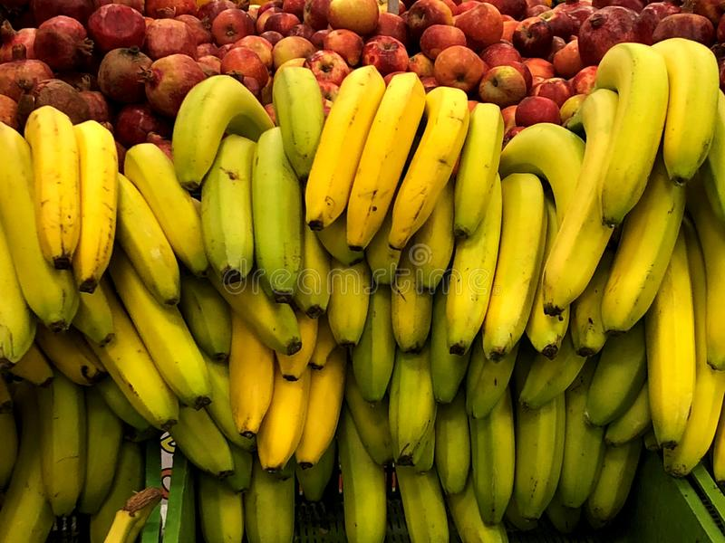 Bananas Para a venda no mercado fotografia de stock royalty free