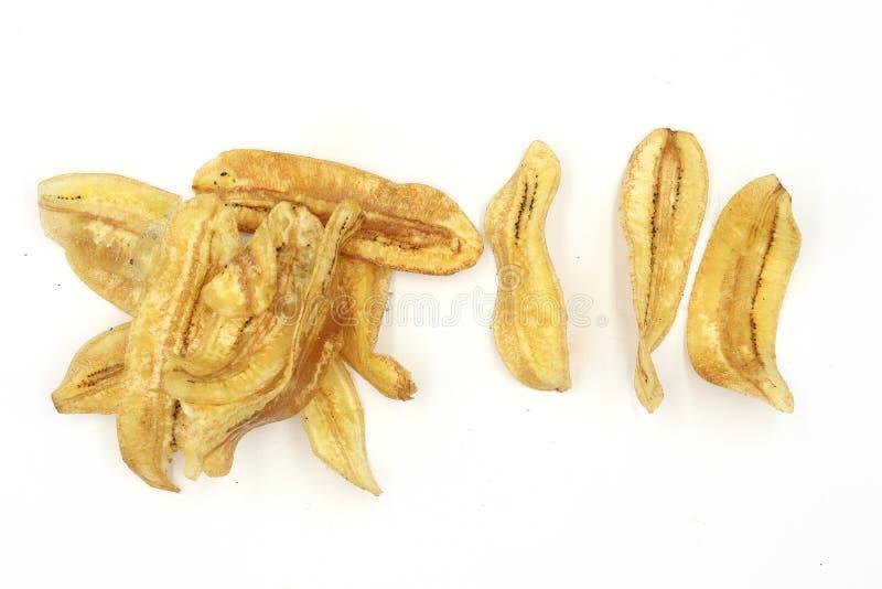 Bananchipen, stekte tunt skivade bananchiper, ett tropiskt mellanmål i Thailand bakgrund isolerad white arkivbilder