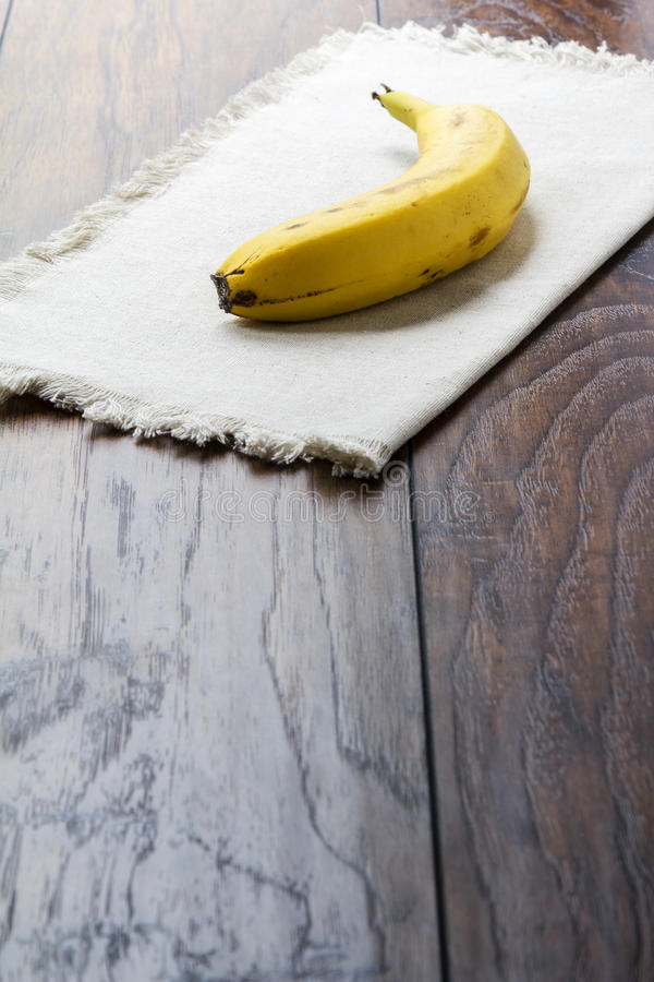 Banane auf Leinen stockfotos
