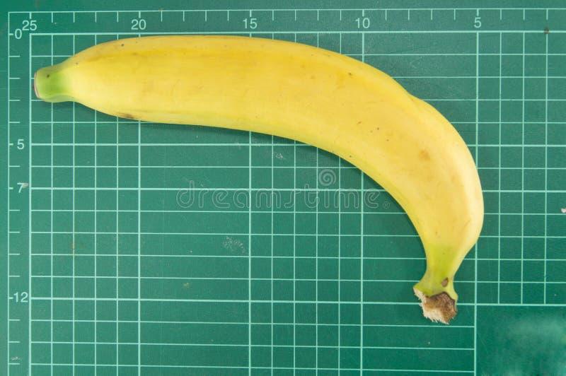 Banane auf Schneidematte stockfotografie