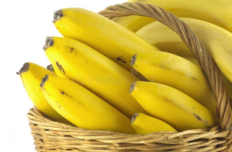 Banane in canestro di vimini isolato fotografie stock