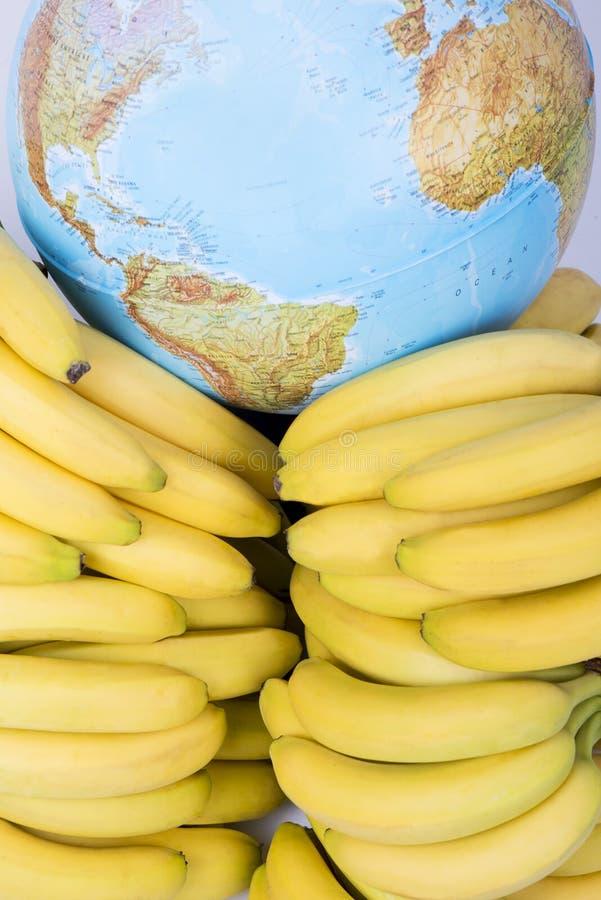 Banane con il globo fotografia stock