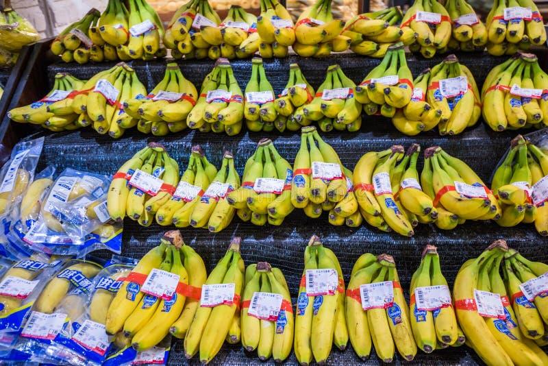 Banane dans le supermarché photo libre de droits