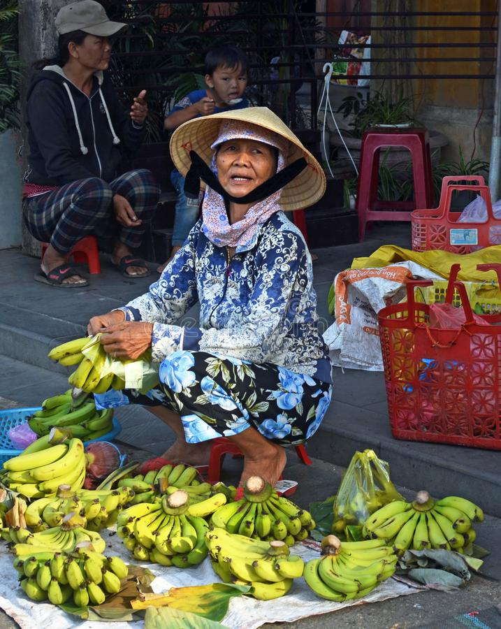 Banane di Hoi An Women Selling Fresh al mercato fotografie stock libere da diritti