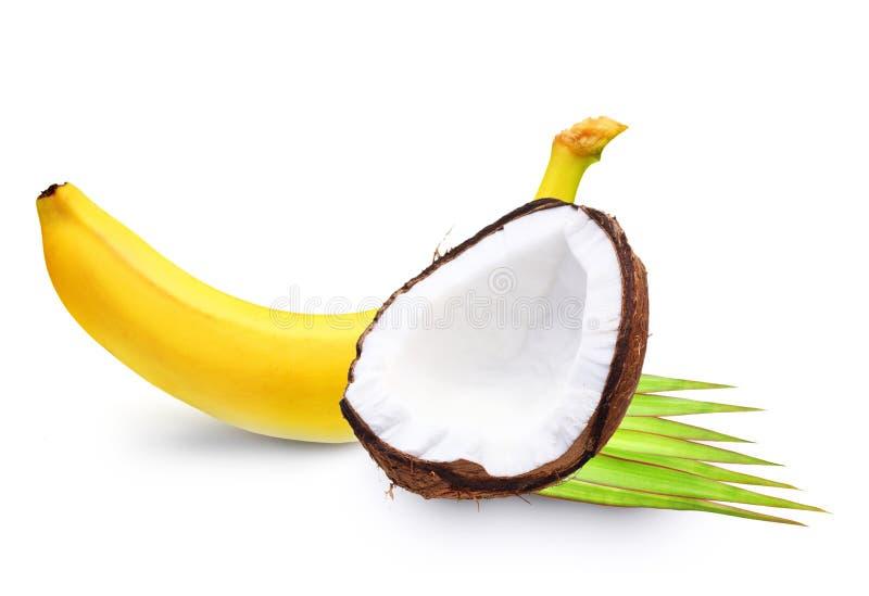 Banane et noix de coco mûres. photographie stock