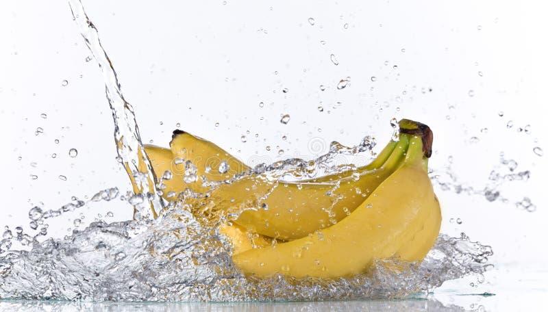 Banane fraîche avec l'éclaboussure de l'eau photographie stock