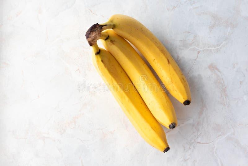 Banane fraîche jaune mûre sur la table de la cuisine en marbre avec espace de copie Concevoir une alimentation saine Fruits en de photos stock