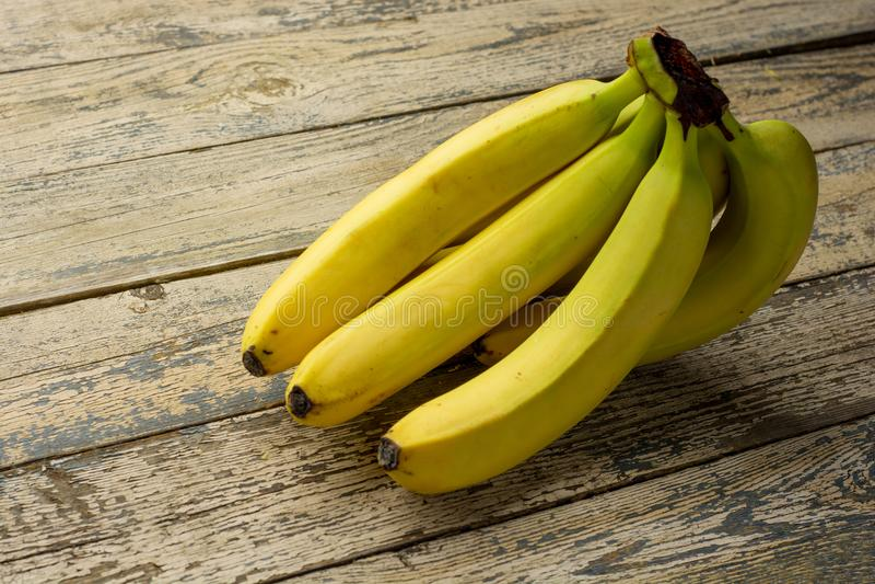 Banane mûre fraîche savoureuse sur une table en bois rustique image stock