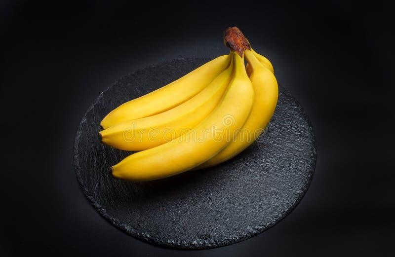 Banane mûre pour le régime et l'exercice sur fond noir images libres de droits