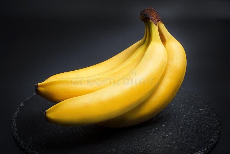 Banane mûre pour le régime et l'exercice sur fond noir photographie stock