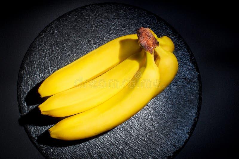 Banane mûre pour le régime et l'exercice sur fond noir photo libre de droits