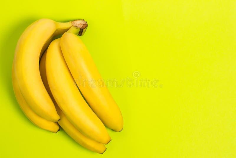 Banane mûre pour le régime et l'exercice sur fond vert image stock