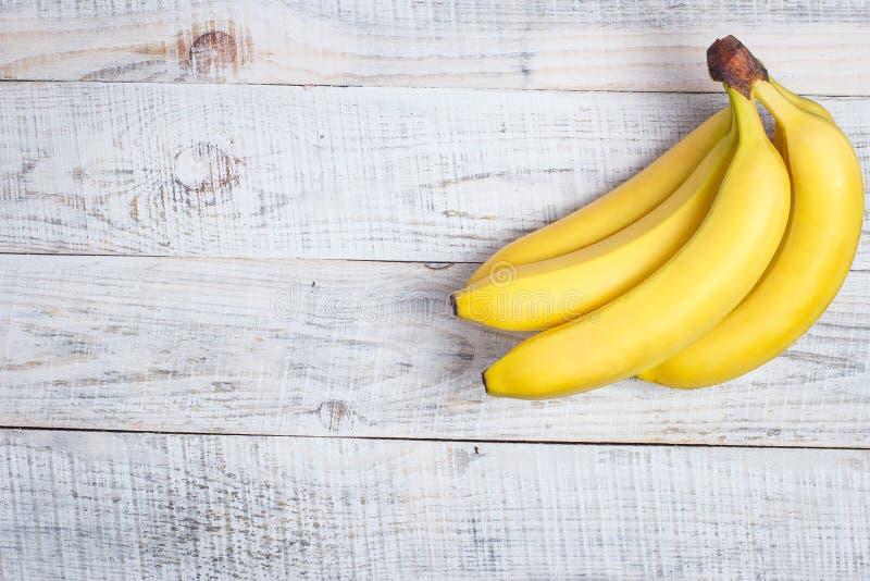 Banane mûre pour le régime et le sport sur fond de bois blanc image stock