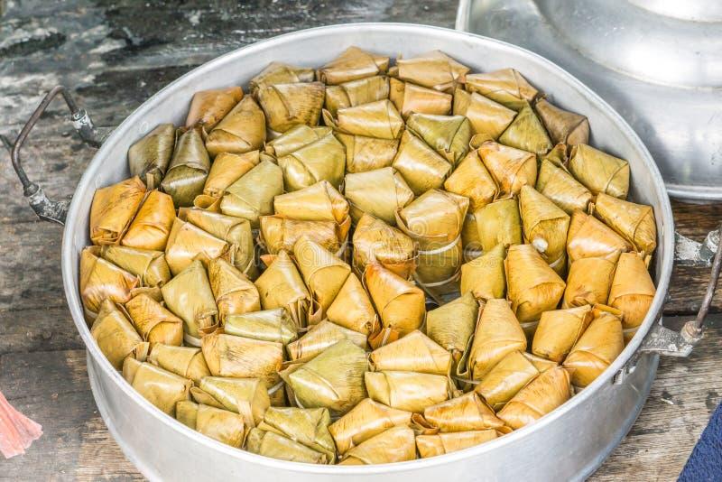Banane mit dem klebrigen Reis bedeckt in Bananenblatt khao Tom-Matte im Dampfer, stockfoto