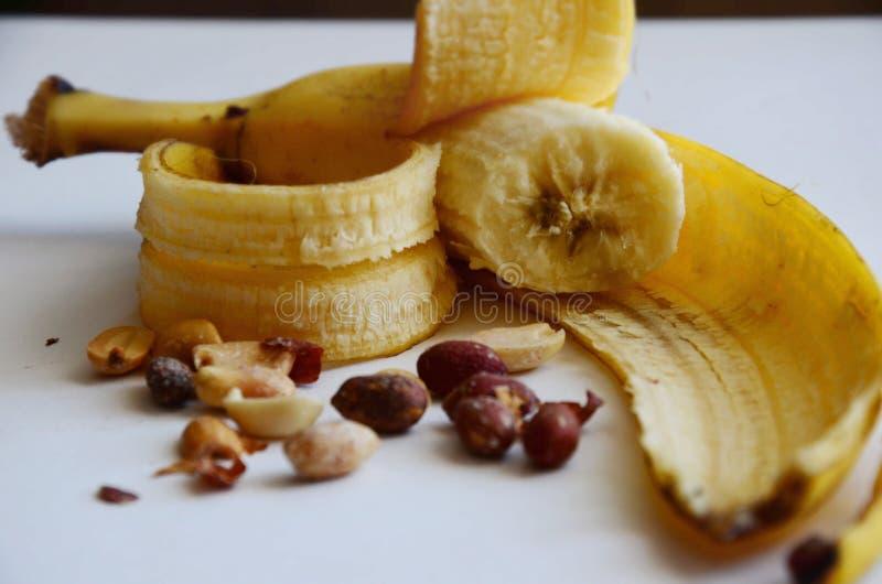 Banane mit Erdnüssen lizenzfreie stockbilder