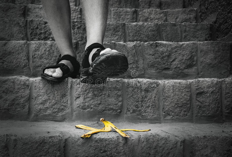 Banane ` s Schale ist auf der Treppe - Reisender kann Schritte auf ihr stockfotografie