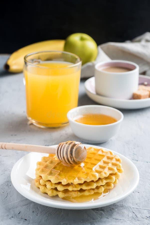 Banane saine de miel de biscuits de jus de café de petit déjeuner sur le fond concret gris image stock