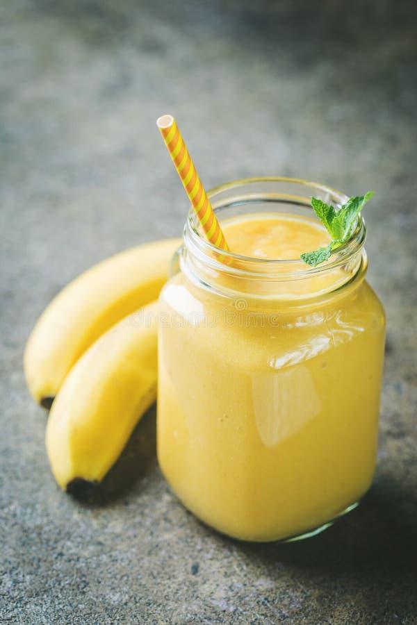 Banane Smoothie in den Weckgläsern stockbilder