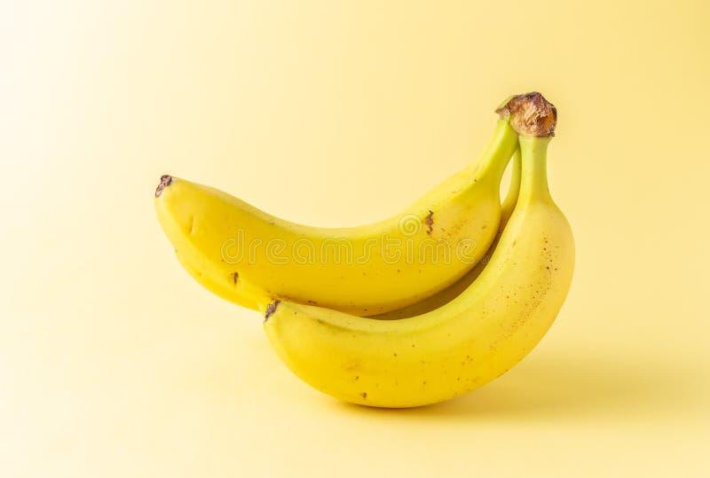 Banane su una priorit? bassa bianca dello studio fotografia stock