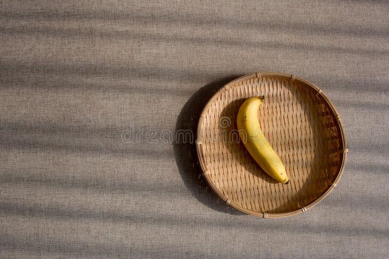 Banane sur la vannerie photos libres de droits