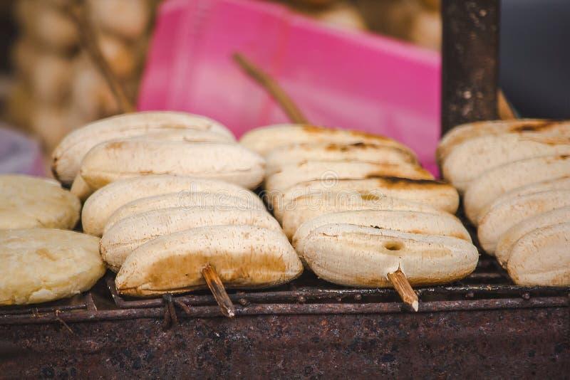 Banane sur le gril utilisant la nourriture thaïlandaise de style de charbon de bois photo stock
