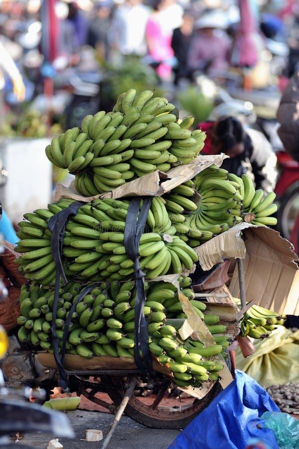 Banane sur le marché occupé au Vietnam photo stock