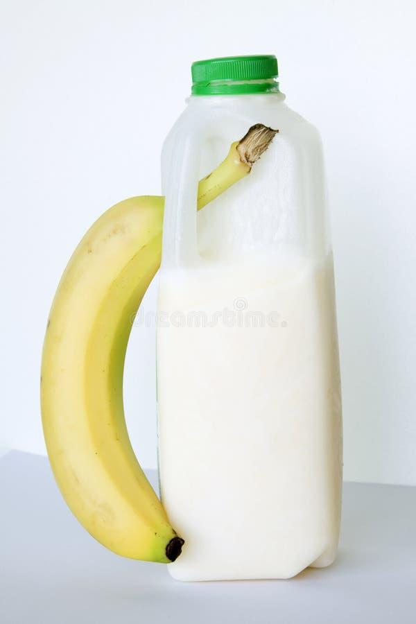 Banane und Buttermilch kombiniert. lizenzfreie stockfotografie