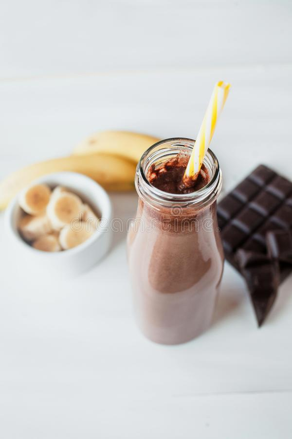 Banane und Schokolade Smoothie im Glasgefäßmilchshake-, natürlichen und organischengetränk lizenzfreie stockbilder