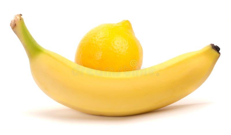 Banane und Zitrone auf einem weißen Hintergrund lizenzfreie stockbilder