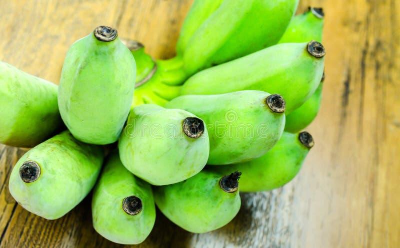 Banane verte sur la table en bois photos libres de droits