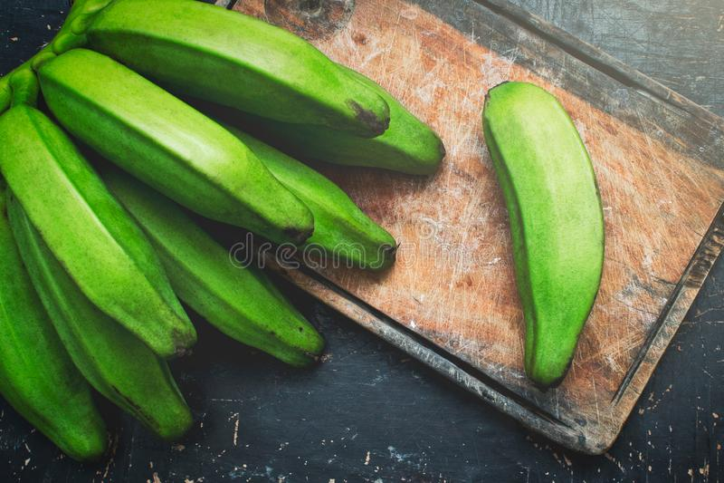 Banane verte sur une table en bois rustique photo libre de droits