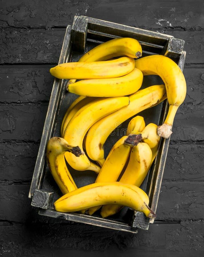 Bananen in de zwarte doos royalty-vrije stock afbeeldingen