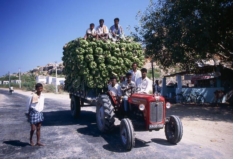 Bananen die door tractor worden vervoerd stock foto's