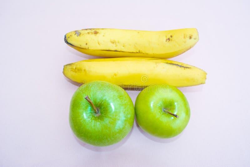 Bananen en appelen Witte achtergrond royalty-vrije stock foto