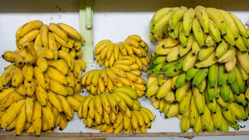 Bananen für Verkauf im Markt stockfotografie