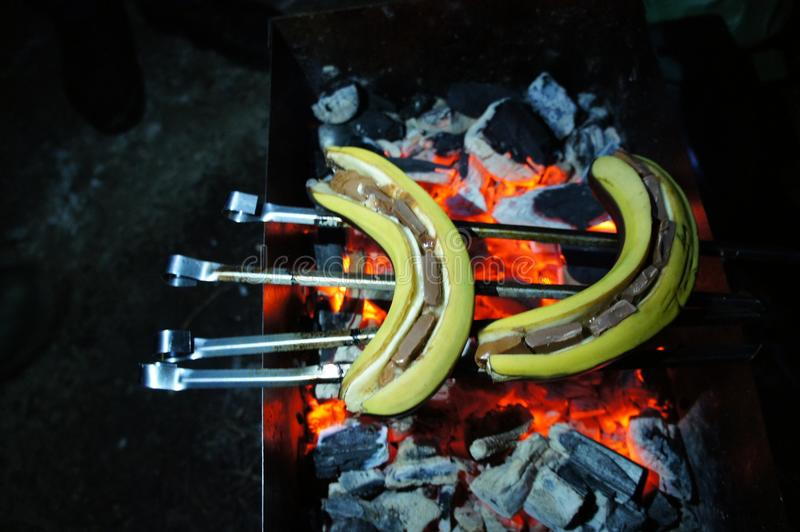 bananen met chocolade op houtskool royalty-vrije stock fotografie
