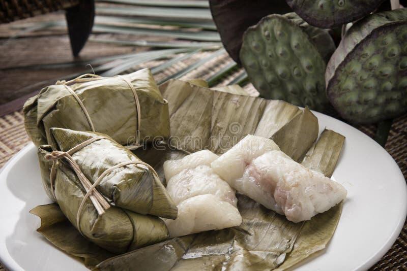 Bananen mit dem klebrigen Reis populären thailändischen Imbisses klebriger Reis Khao Tom Mat A eingewickelt im Bananenblatt gemis stockfotos