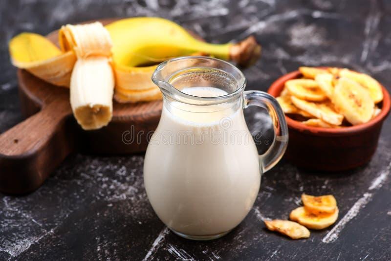 Bananen mjölkar royaltyfria foton