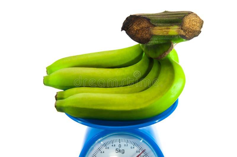 Bananen op de wegende machine stock afbeelding