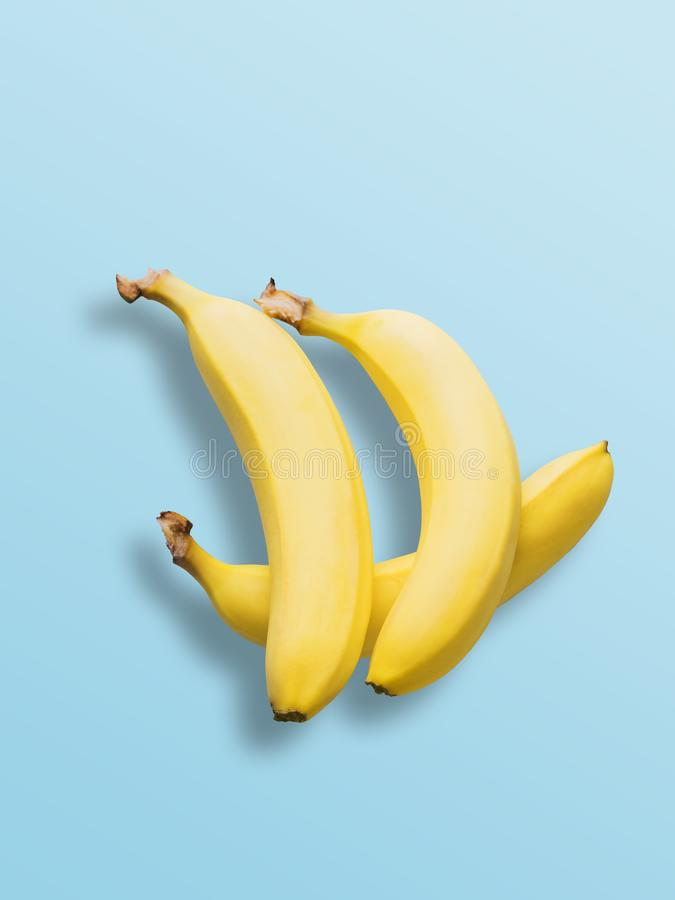 Bananen op pastelkleur blauwe achtergrond Minimale manier Albino Different Creativity Creative Thinking-Ideeënconcept Vrije ruimt royalty-vrije stock foto