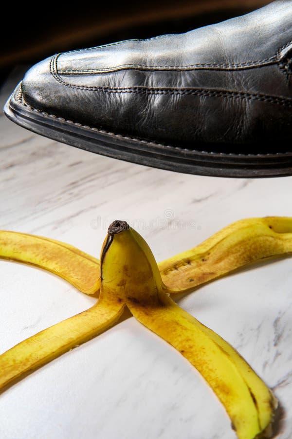 Bananen-Schale, die Schuh gleitet stockfoto