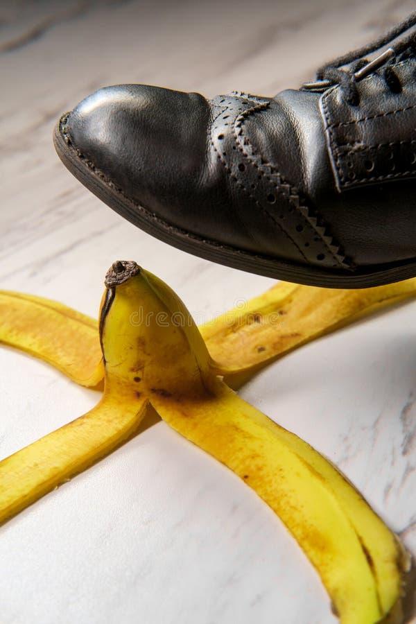 Bananen skalar kvinnors sko fotografering för bildbyråer