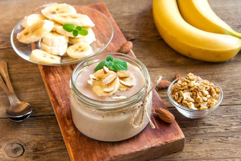 Bananenkremeis mit Mandel stockbilder