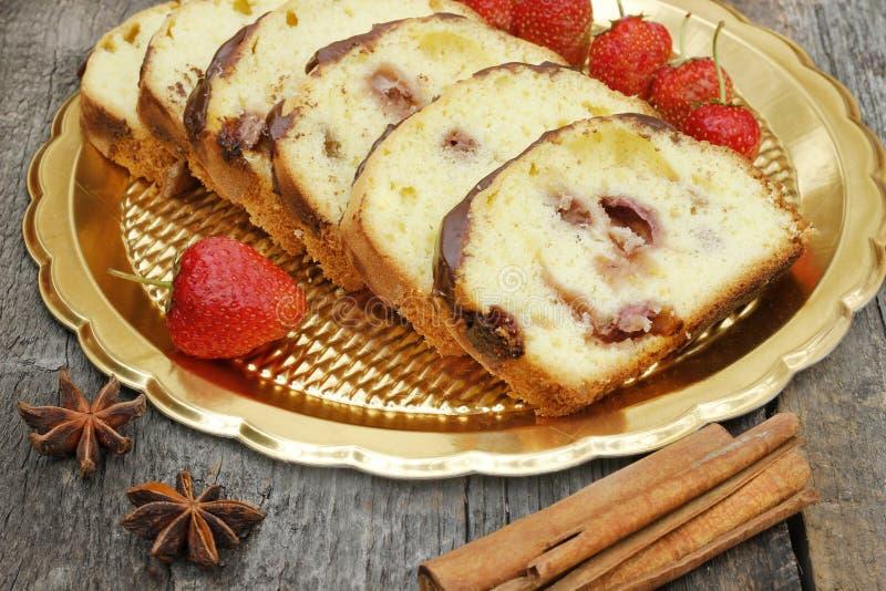Bananenkuchen mit Erdbeere stockfoto